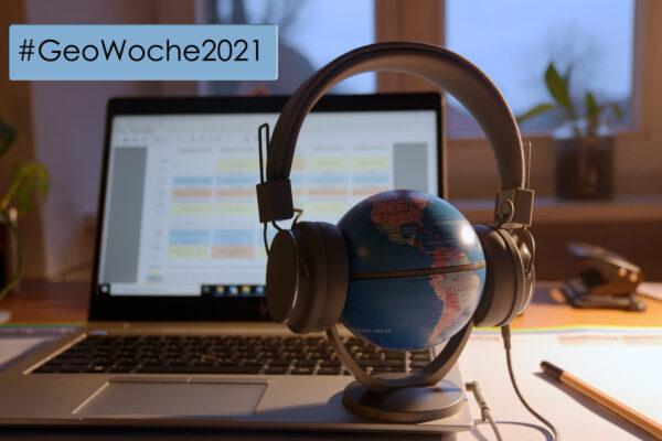 Als Symbolbild für das digitale Event #GeoWoche2021 ist ein Globus mit Kopfhörer vor einem Laptop zu sehen.